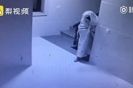 Ladrón chino intenta engañar a cámara de seguridad disfrazándose de fantasma