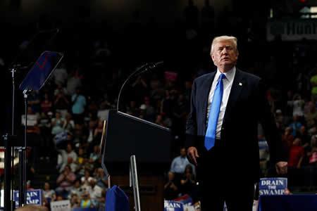 Una mujer con extrañas cejas eclipsa en un discurso a Trump