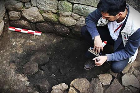 Hallan en Machu Picchu una vasija inca y un piso de piedra