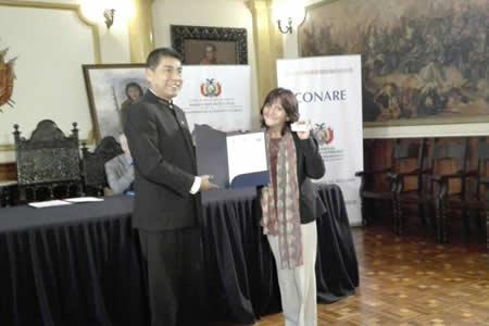 Gobierno entrega reconocimiento de naturalización a cuatro refugiados