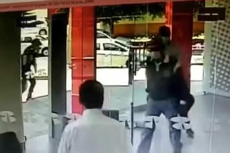 Cuando ser ladrón no es lo tuyo: un empleado de banco vence a tres atracadores con una llave