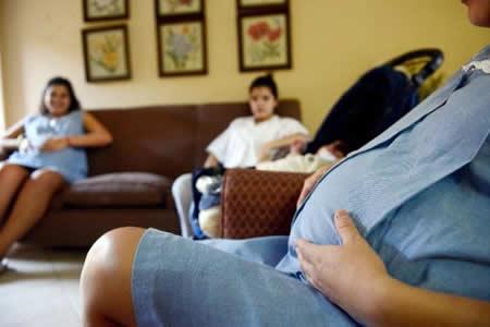 """Madres adolescentes de Paraguay son """"bebés teniendo bebés"""", dice experta"""