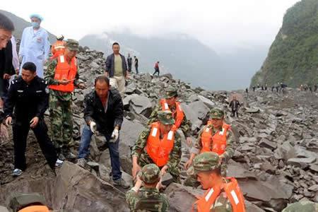 Desprendimiento sepulta un pueblo en Sichuan y deja 120 desaparecidos