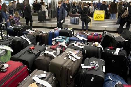 Imponen multas en México a cinco aerolíneas por cobro de la primera maleta