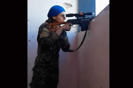 Una bala pasa a escasos centímetros de una combatiente kurda y su reacción es impresionante