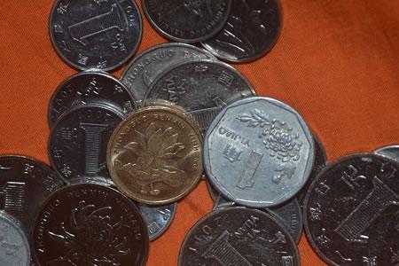 Una compañía china paga 200.000 yuanes en salarios con sacos de monedas