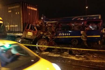 Un muerto y 28 heridos deja choque entre camión y autobús en Bogotá
