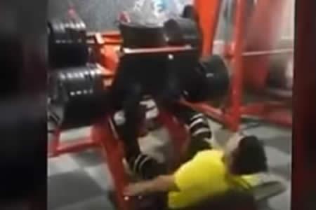 Espeluznante rotura de pierna en el gimnasio