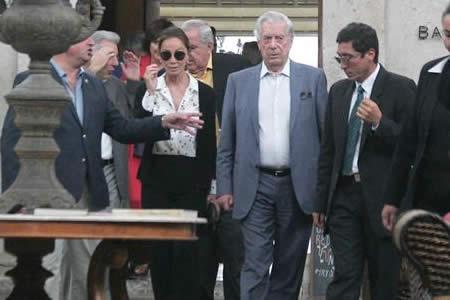 Vargas Llosa celebra sus 81 años donando miles de libros a su ciudad natal