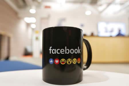 ¿Qué significa el nuevo 'emoji' de la flor en Facebook?