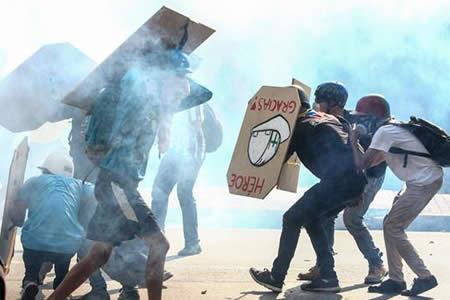 Entre bloqueos y gases lacrimógenos, Caracas sobrelleva protestas diarias