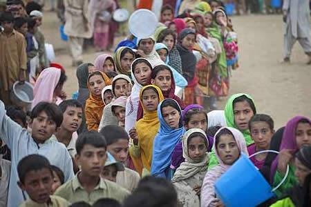 Casi 13.000 refugiados afganos dejan Pakistán tras reinicio de repatriación