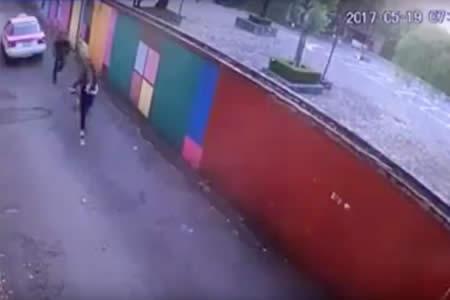 Cámaras de seguridad en México captan a un taxista atacando a una menor