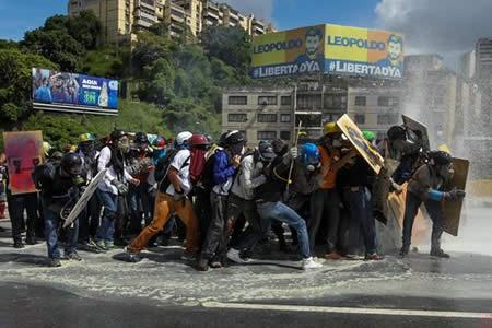 """Capriles denuncia """"emboscada"""" violenta de militares al término de protesta"""