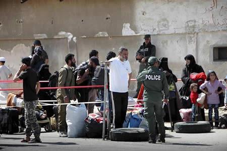 Sale la segunda tanda de evacuados de un barrio periférico de Damasco