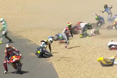 Impactantes imágenes muestran un multitudinario accidente en el Moto GP