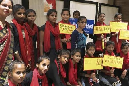 Fulares rojos y pancartas para acabar con el estigma menstrual en la India