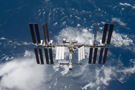 Astronautas de EEUU preparan reparación de emergencia de Estación Espacial