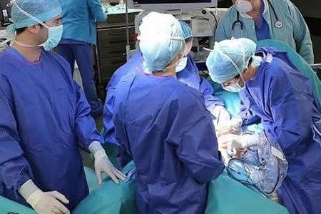 Médicos turcos implantan a un joven una oreja creada de cartílago de su madre