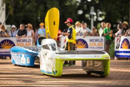 Vehículos solares del todo el mundo disputan la carrera World Solar Challenge