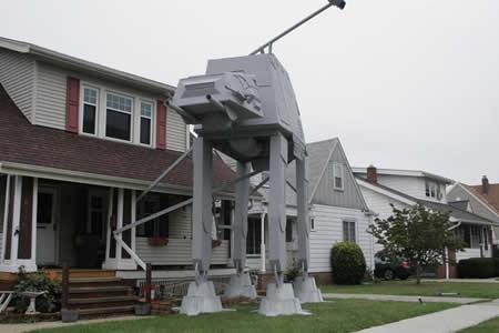 """Vecino de Ohio replica en su jardín un transporte acorazado de """"Star Wars"""""""