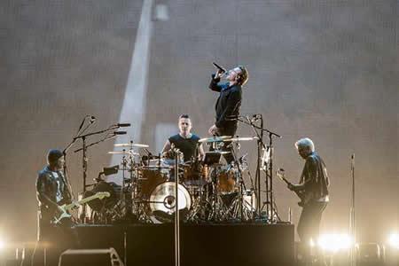 La banda U2 ilumina el Joshua Tree con los colores de la bandera de México