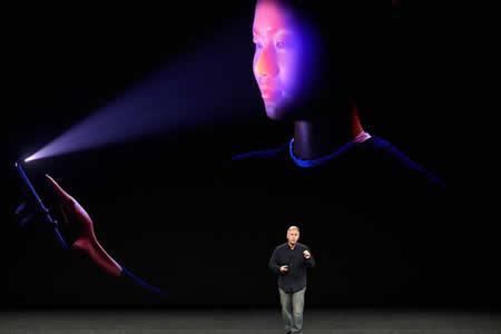 Incómodo momento: El iPhone X no reconoce el rostro del presentador en pleno evento de Apple
