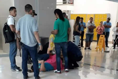 Otorrinolaringólogo atiende parto de mujer en centro comercial de Ecuador