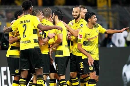 El Dortmund se ensaña con el colista y mantiene el liderato