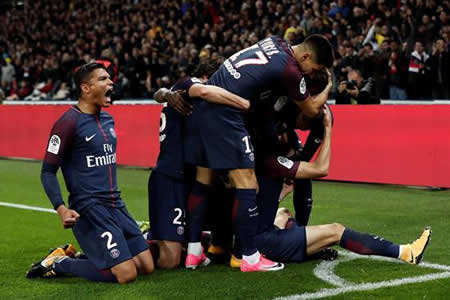 Dos autogoles mantienen el ritmo del París Saint Germain