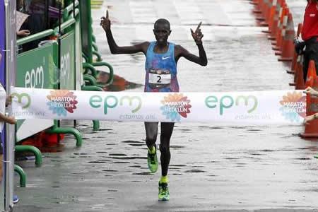 El keniano Mike Kiptum Boit gana el Maratón de Medellín
