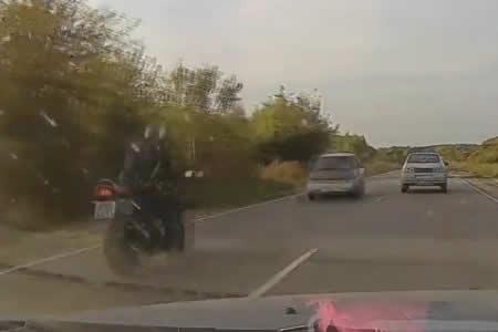 El sobrecogedor instante en que un motorista muere en un choque frontal