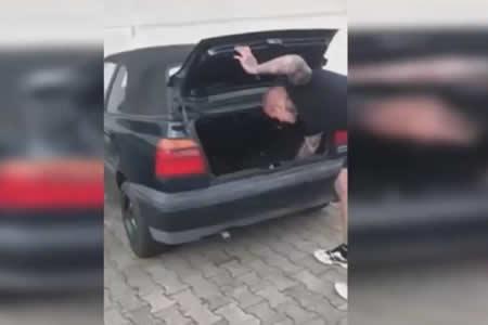 Encienden un petardo en el maletero de un coche a ver qué pasa