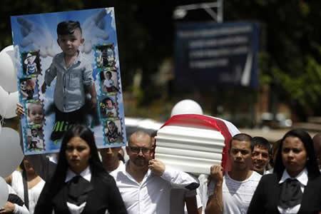Dolor en sepelio de niño colombiano que murió por presunto maltrato