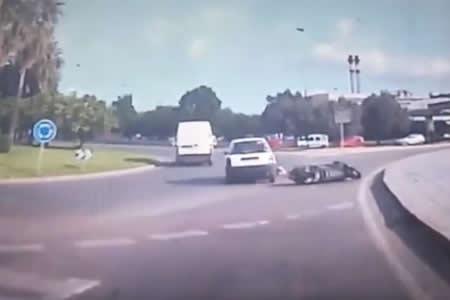 Un motorista queda atrapado bajo un coche en Ibiza