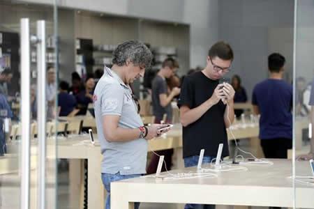 Fieles de Apple en Nueva York van a un lanzamiento de iPhone poco concurrido