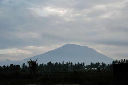 Miedo y solidaridad ante el riesgo de erupción del volcán Agung en Bali