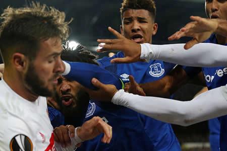"""""""¿Esto es fútbol?"""" Un aficionado con un niño en brazos golpea a un jugador del equipo rival"""