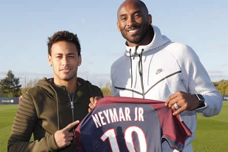 Kobe Bryant visita el PSG y se fotografía con Neymar