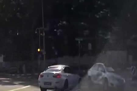 Una cámara registra un incomprensible choque con un 'coche fantasma' en Singapur
