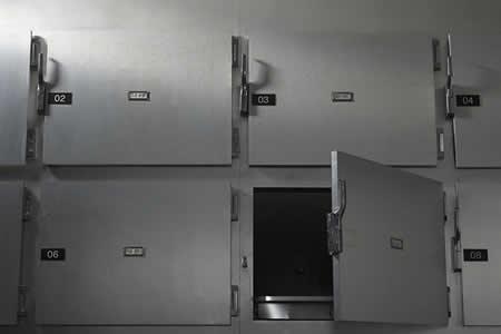 Un polaco se despierta desnudo en una morgue y pide una manta