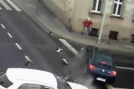 Se salva de milagro de ser atropellada por un coche