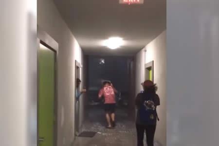 Sale a la calle en plena tormenta con una sartén en la cabeza y esto fue lo que pasó