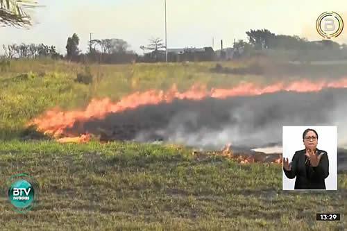 Felcc investiga el origen del incendio en la avenida G77 que llegó hasta el Aeropuerto Internacional de Viru Viru
