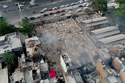 Decenas de piras arden en un crematorio improvisado indio a la vista de dron