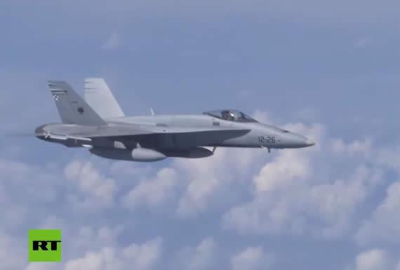 Un caza F-18 de la OTAN trata de aproximarse al avión del ministro de Defensa ruso sobre el mar Báltico