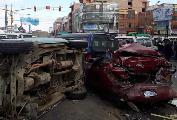 Colisión en El Alto afecta a 10 vehículos y deja una veintena de heridos