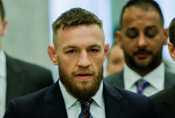 Brutal puñetazo de Conor McGregor a un hombre por rechazar su invitación a tomar una copa de whisky