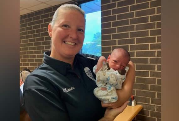 Una policía que almorzaba en un restaurante salva a un bebé de morir atragantado