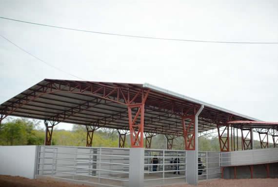 Vicepresidente inaugura moderno matadero municipal en Caraparí